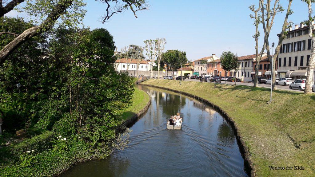 in barca sul fossato